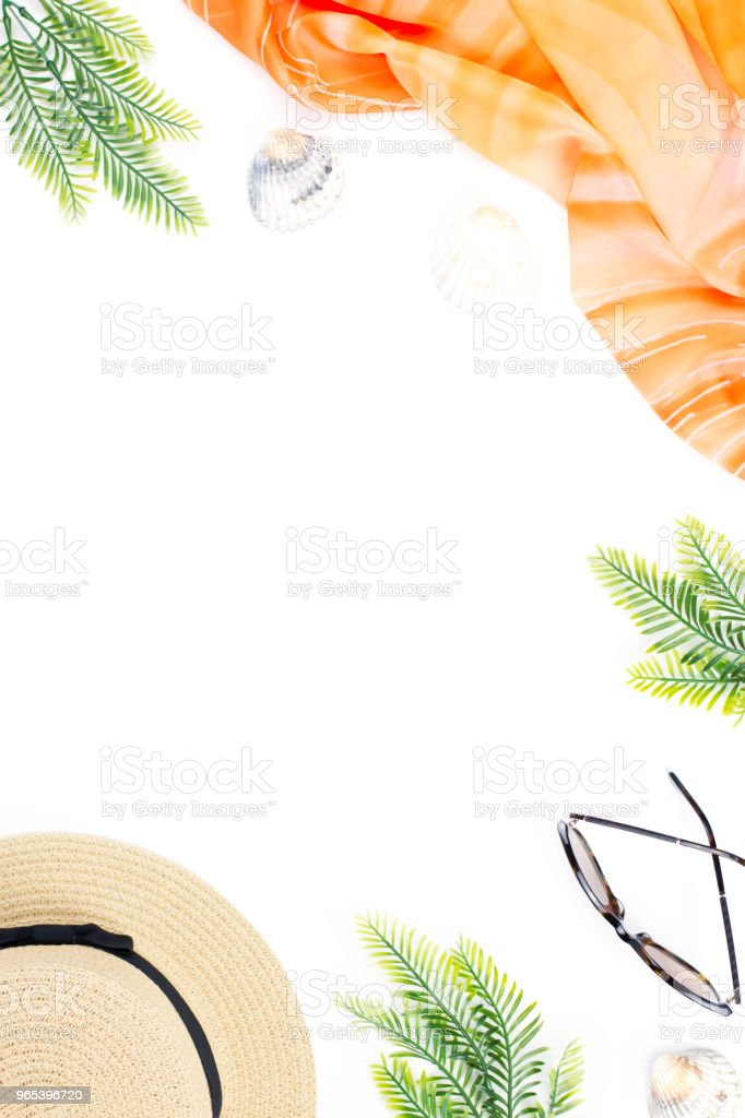 여성 패션 액세서리, 나뭇잎과 흰색 바탕에 파인애플과 열 대 여름 개념. 평면 위치, 최고 보기 - 로열티 프리 개인 장식품 스톡 사진