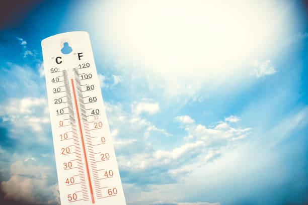 Temperatura tropical, medida en un termómetro al aire libre, ola de calor global, concepto de medio ambiente. - foto de stock