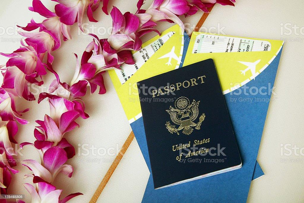Vacaciones tropicales con un pasaporte y entradas - foto de stock