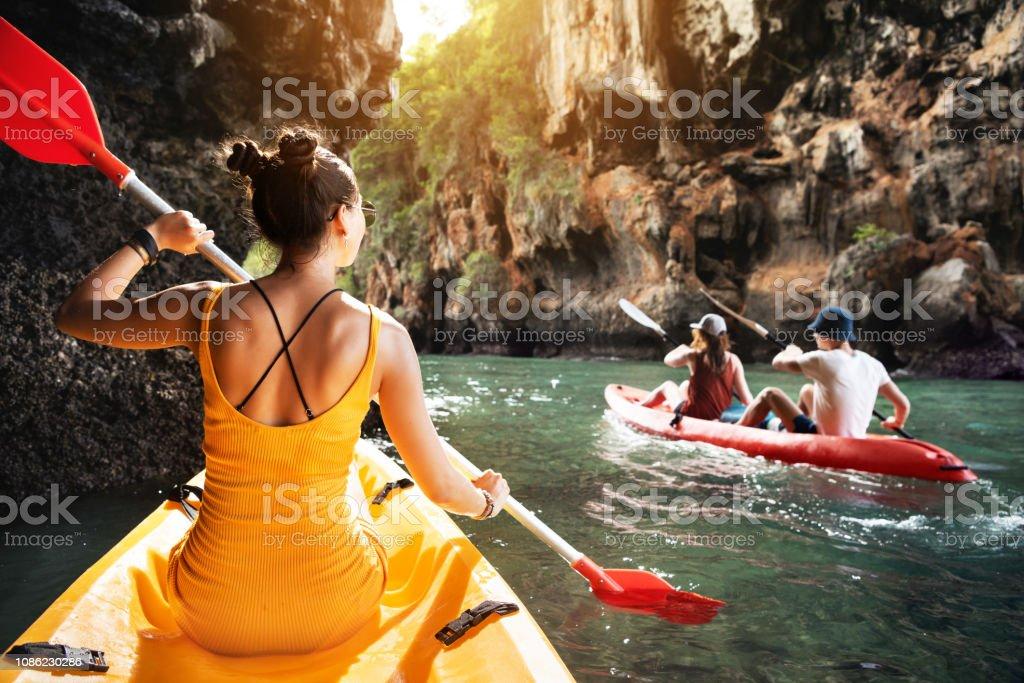 熱帶海上皮划艇與朋友 - 免版稅人圖庫照片