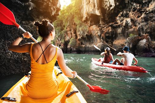 熱帶海上皮划艇與朋友 照片檔及更多 人 照片