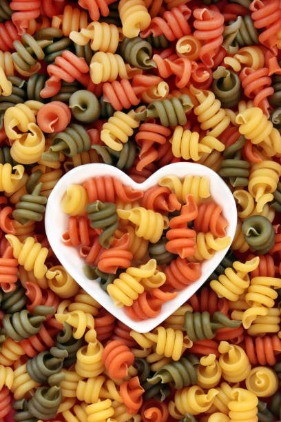 trottole tricolor pasta - spaghetti mit spinat stock-fotos und bilder