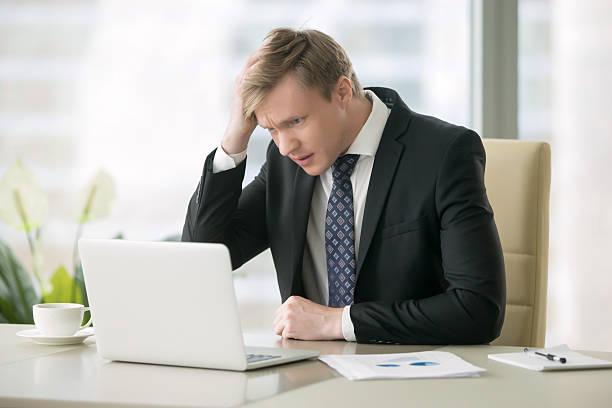 troubled businessman with laptop - kündigung arbeitsvertrag stock-fotos und bilder
