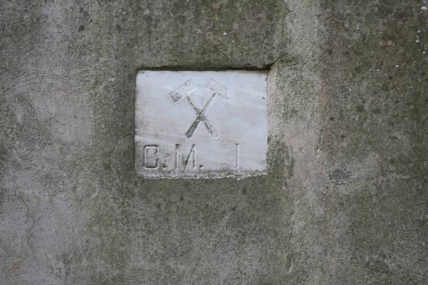 troffel en een hamer, symols van vrij metselwerk, op een stenen muur foto
