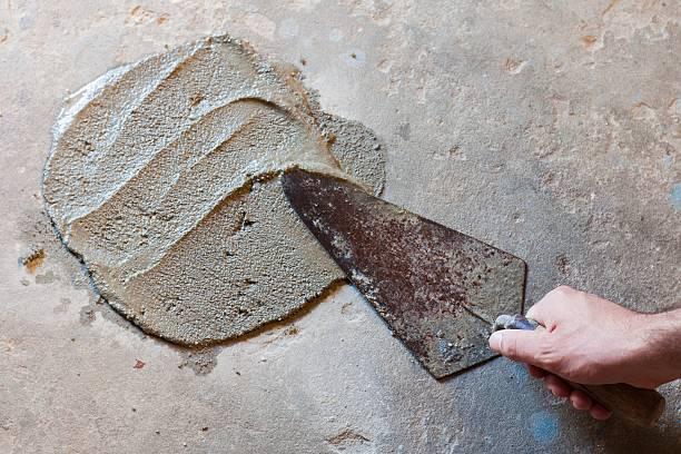 Kelle-Handwerk und Garten mit nassen Asphalt – Foto