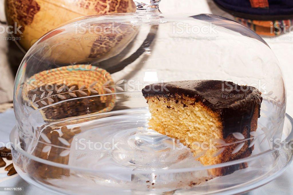 Trozo de bizcocho de chocolate en vitrina stock photo