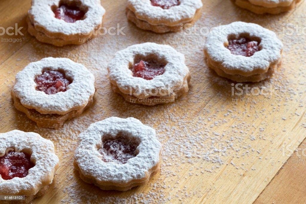 Linzer Weihnachtsplätzchen.Trraditional Linzer Weihnachtsplätzchen Mit Zucker Bestäubt