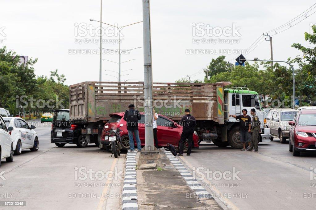 Camión por accidente accidente en un coche en un giro de 180 grados en Ramkamhaeng calle Bangkok Tailandia - foto de stock