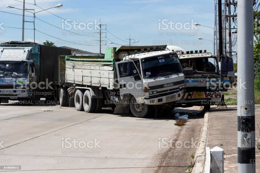 Un carro choque accidentalmente en a camiones - foto de stock