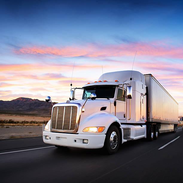 Camion e autostrada al tramonto-sfondo di trasporto - foto stock