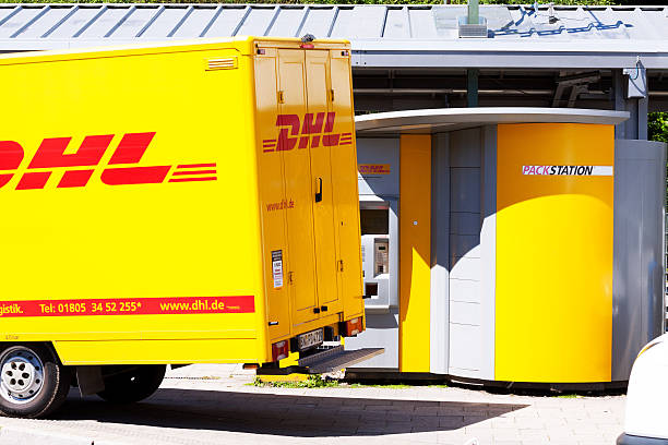 dhl truck und-package - essensbox stock-fotos und bilder
