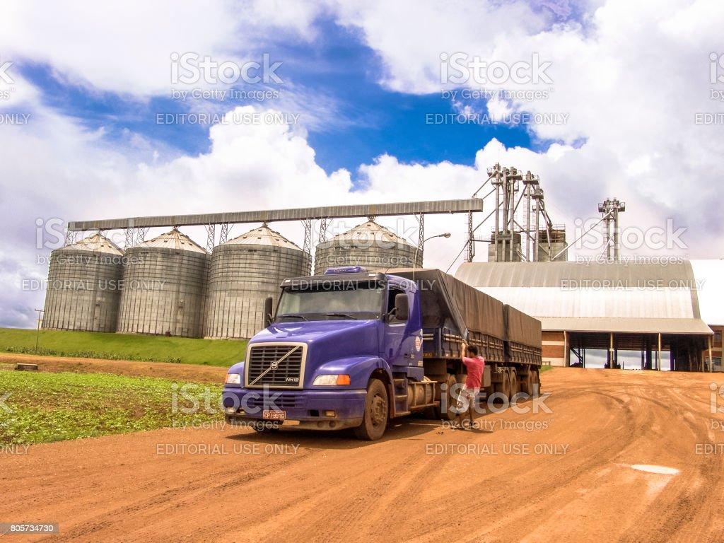 Camion et silo - Photo