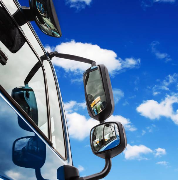 LKW-Auto-Spiegel auf blauen Himmelshintergrund – Foto