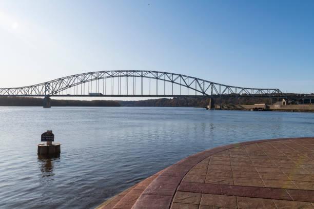 Lkw überquert Brücke über Mississippi River in Dubuque, Iowa – Foto