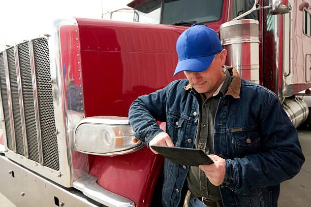 LKW-Fahrer und Tablet PC – Foto