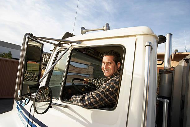 conductor de camión tras la rueda - conductor de autobús fotografías e imágenes de stock