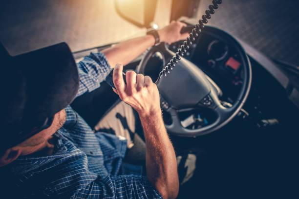 truck driver cb radio talk - conductor de autobús fotografías e imágenes de stock