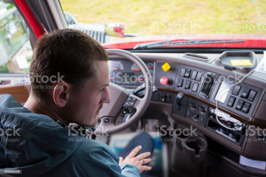 Conductor de camión en productos camión cab con moderno panel - Foto de stock de 2015 libre de derechos