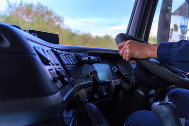 트럭 운전사는 손으로 운전 유지. - 선실 뉴스 사진 이미지