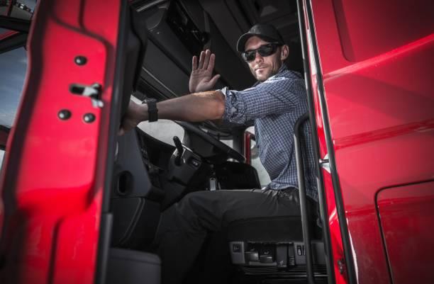 truck driver dejando almacén - conductor de autobús fotografías e imágenes de stock