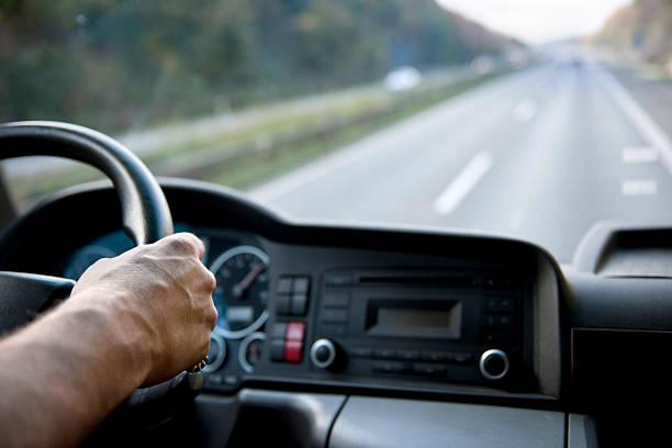 conductor de camión en alemán autobahn - conductor de autobús fotografías e imágenes de stock