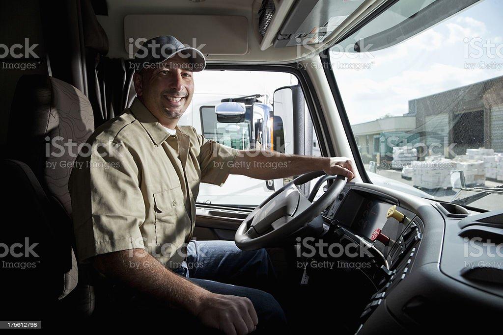 Conductor de camión sesión en taxi de semi-truck - foto de stock