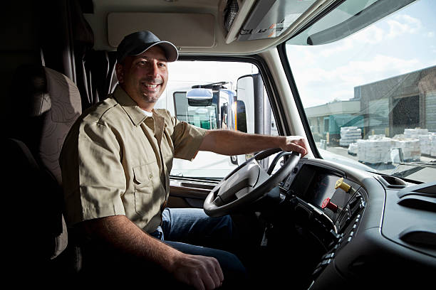 conductor de camión sesión en taxi de semi-truck - conductor de autobús fotografías e imágenes de stock