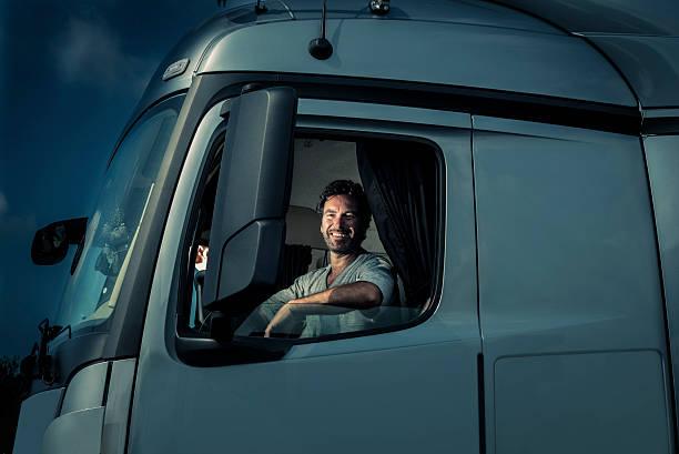 conductor de camión sesión en taxi - conductor de autobús fotografías e imágenes de stock