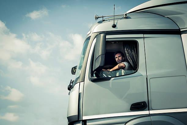 LKW-Fahrer sitzt in cab – Foto