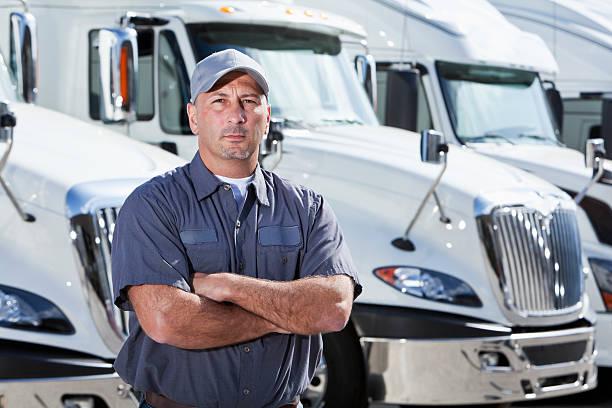 conductor de camión de pie frente a grandes bancos - conductor de autobús fotografías e imágenes de stock