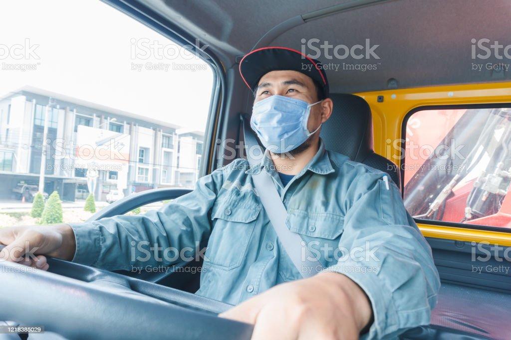 Conductor de camión con una máscara - Foto de stock de Adulto libre de derechos