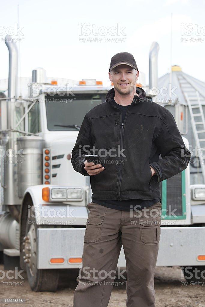 Lastwagenfahrer mit Smartphone – Foto
