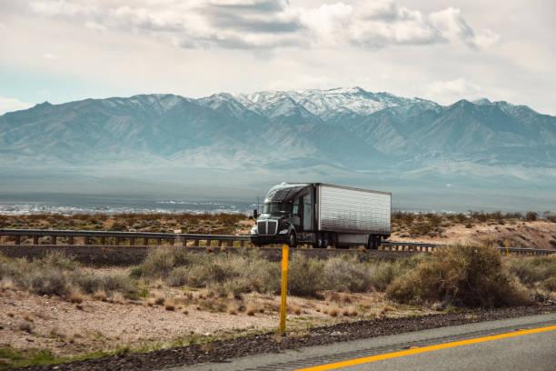 lkw-fahren im südwesten - aufgemotzte trucks stock-fotos und bilder