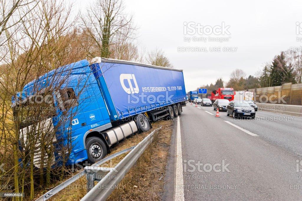 Conducción en la carretera en el terraplén de camiones - foto de stock