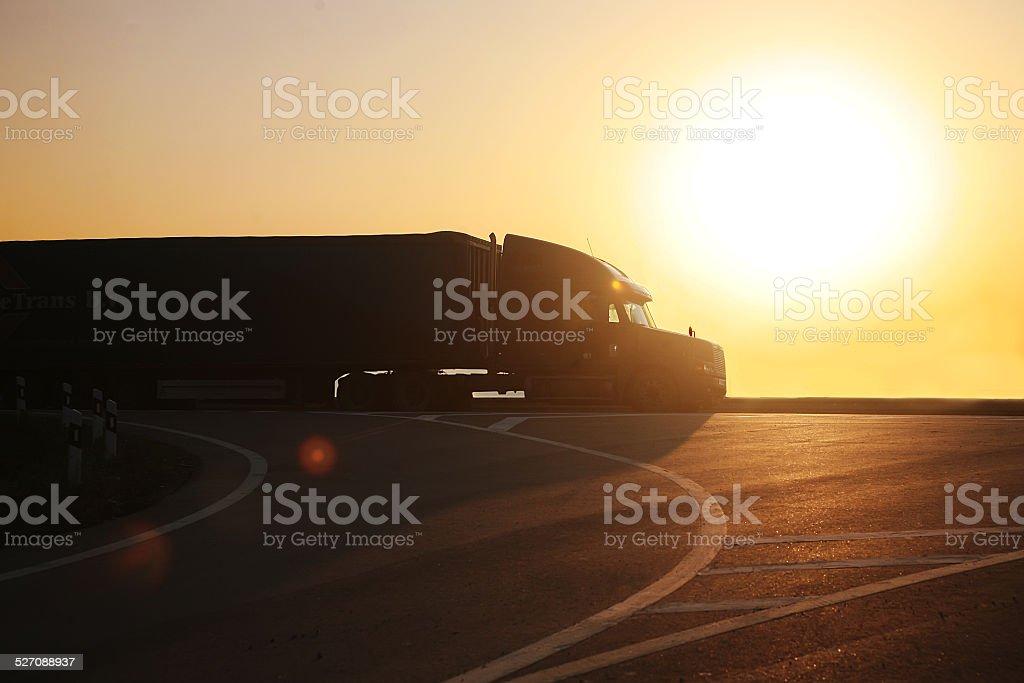 LKW geht auf der Autobahn bei Sonnenuntergang – Foto