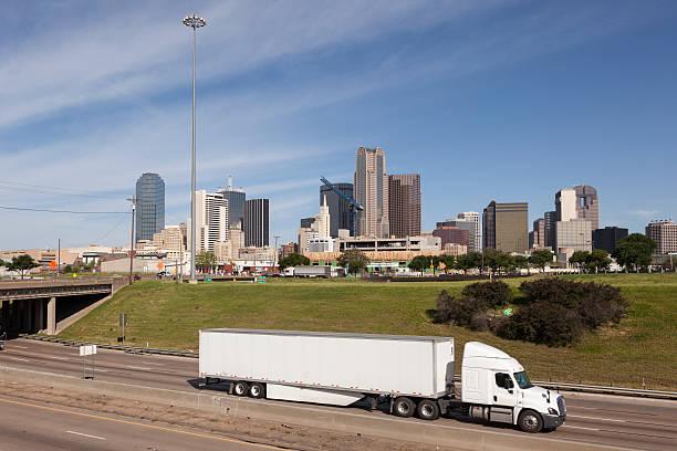 LKW vor der Innenstadt von Dallas – Foto