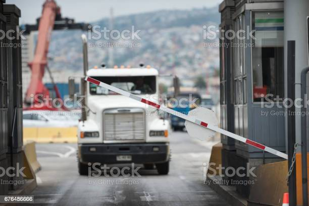 Truck In Industrial Port Area Being Let Through Customs - Fotografie stock e altre immagini di Affari