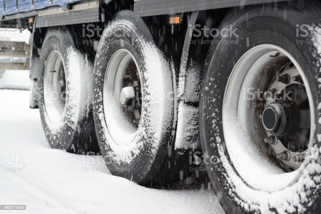 LKW im Schnee – Foto