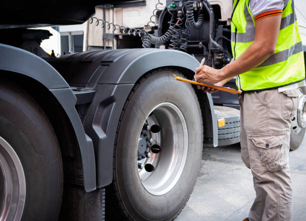 vrachtwagen inspectie en veiligheid - kwaliteitscontroleur stockfoto's en -beelden