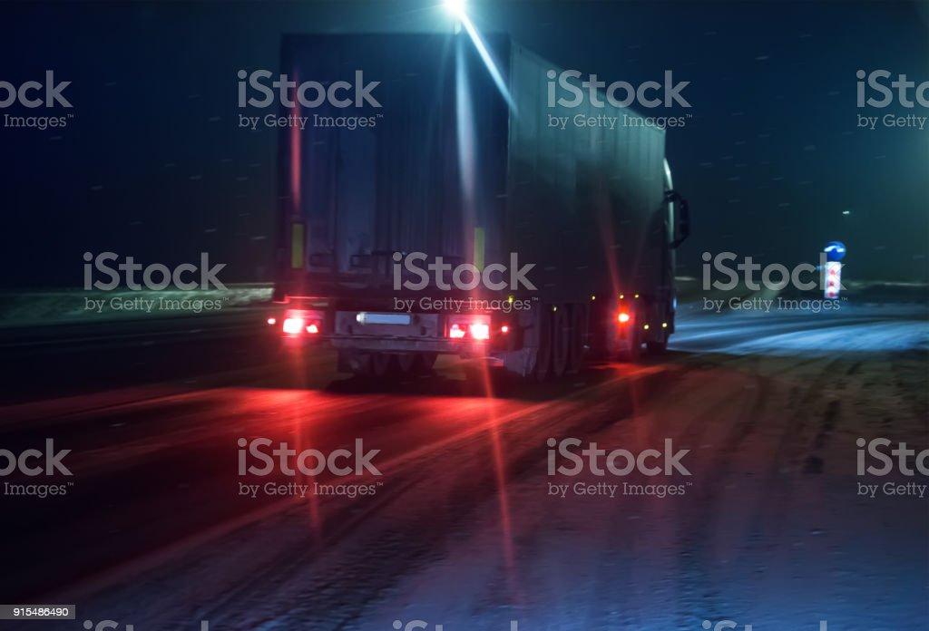 LKW bewegt sich entlang der Winterdienst – Foto