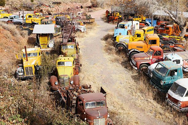 autofriedhof rustbucket lkws fahrzeuge - chevy van stock-fotos und bilder