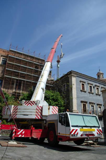 Truck mounted crane in action – zdjęcie