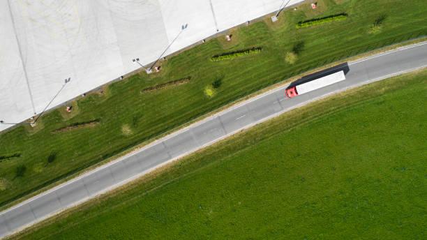 LKW auf der Landstraße-Luftaufnahme – Foto