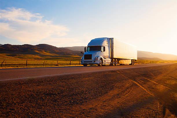 Camion sull'autostrada al tramonto - foto stock