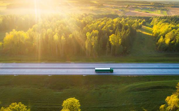在公路上的卡車 - 貨車 個照片及圖片檔