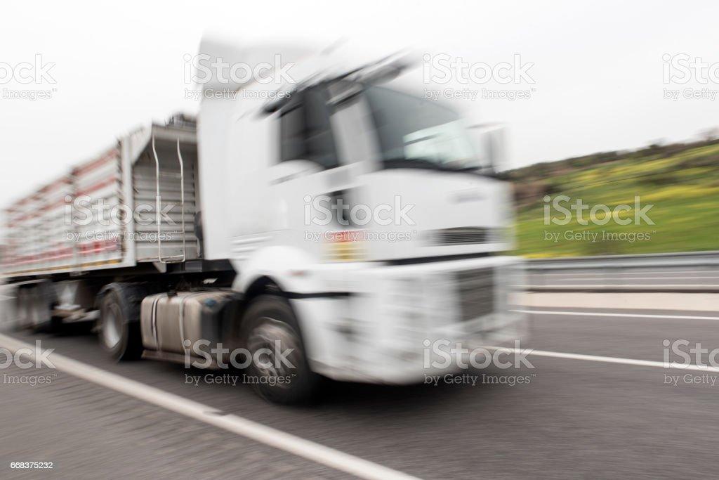 Camión en la carretera - foto de stock