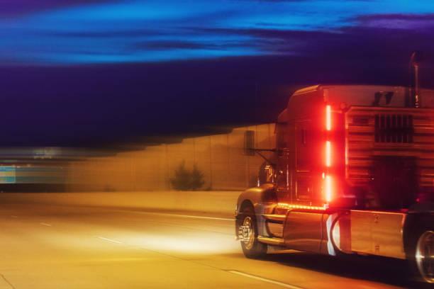 lkw auf der straße in der nacht - aufgemotzte trucks stock-fotos und bilder