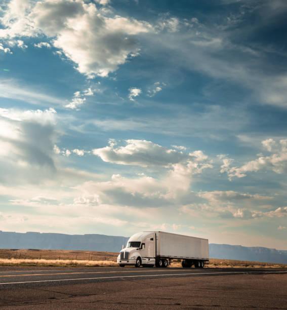 lkw auf der straße auf der route 66 - aufgemotzte trucks stock-fotos und bilder