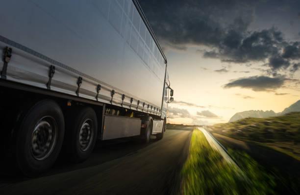 camión en la carretera - conductor de autobús fotografías e imágenes de stock