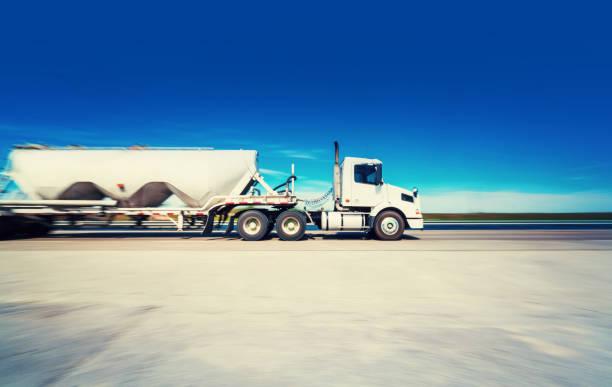 lkw auf der straße, die transport von zement - aufgemotzte trucks stock-fotos und bilder